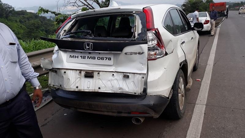 तर अन्य एक अपघातात दोन कार आणि दोन ट्रकची धडक.