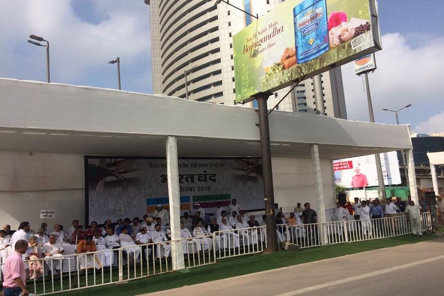 दिल्लीत रामलीला मैदानावर विरोधक एकवटले. राहुल गांधी यांनी राजघाटावर जाऊन आंदोलनाला सुरुवात केली.