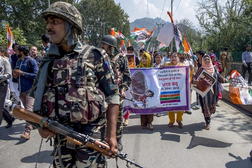 श्रीनगरमध्ये काँग्रेसचे प्रदेश अध्यक्ष गुलाम अहमद मीर यांच्या नेतृत्वाखाली इंधन दरवाढीविरोधात आंदोलन करण्यात आलं. सुरक्षा दलांच्या बंदोबस्त मोठा होता. या आंदोलनात महिला अग्रभागी होत्या.