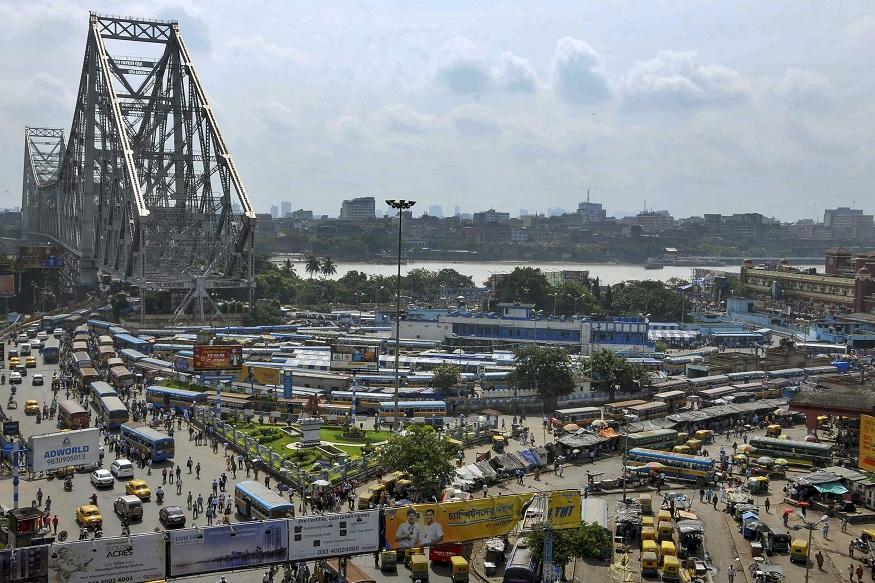 कोलकात्याच्या प्रसिद्ध हावडा ब्रिज परिसरातलं हे दृश्य. विरोधी पक्षांनी पुकारलेल्या भारत बंदला वाहतुकदारांनी पाठिंबा दिला. त्यामुळे गाड्या अशा ठप्प झाल्या होत्या.