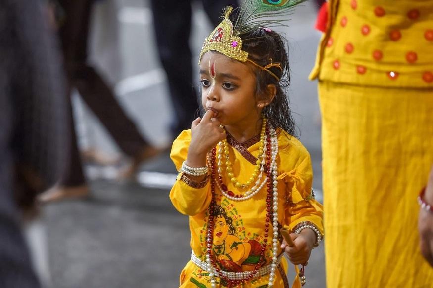 अहमदाबाद - श्रीकृष्णाच्या वेशातला एक गोड बालक शाळेत निघाला असताना.