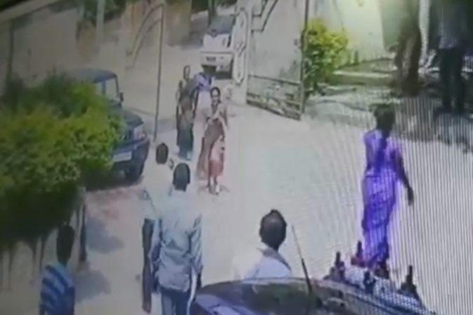 हल्ला करणारा हल्लेखोर तेथून पळून गेला. स्थानिकांनी धावाधाव करून पोलिसांना बोलावलं. पोलिसांनी घटनास्थळी दाखल झाले आणि पंचनामा केला.