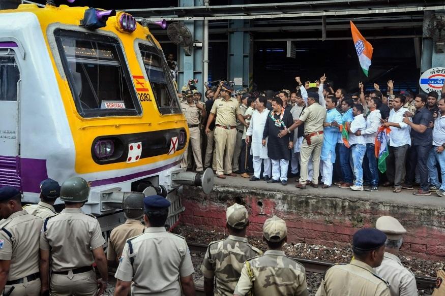 मुंबईत काँग्रेसने रेल रोको आंदोलन केलं. अशोक चव्हाण आणि संजय निरुपम यांच्या नेतृत्वाखाली अंधेरी रेल्वे स्टेशनजवळ कार्यकर्ते रेल्वे ट्रॅकवर उतरले होते.