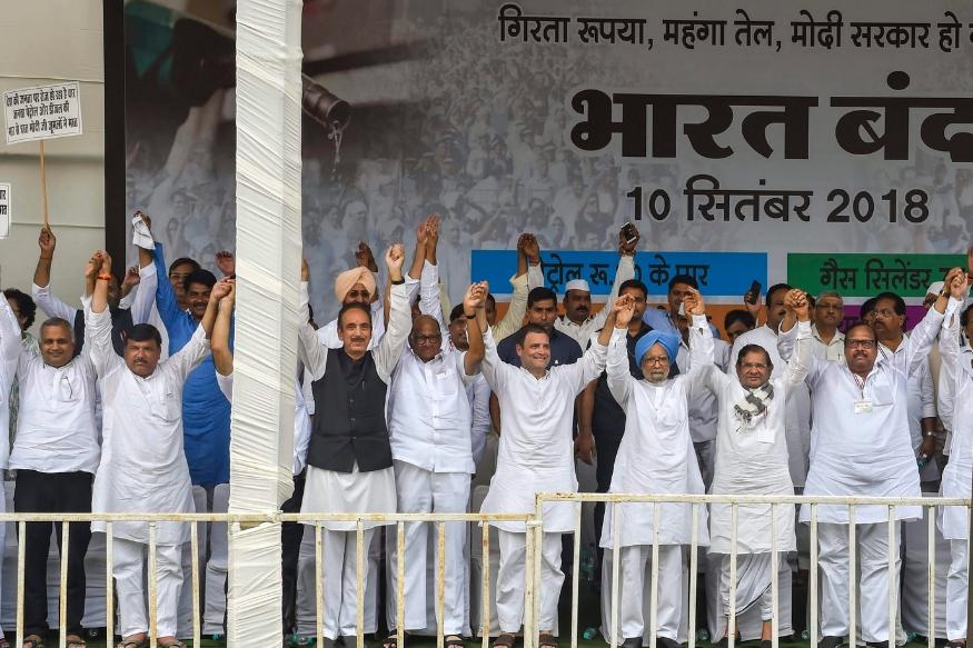 दिल्लीत विरोधकांची एकजूट : रामलीला मैदानात राष्ट्रवादी काँग्रेसचे शरद पवार, जनता दलाचे शरद यादव यांच्यासह विरोधी पक्ष दिल्लीच्या रामलीला मैदानात एकत्र आले होते.