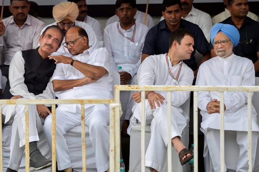 दिल्लीत काँग्रेस अध्यक्ष राहुल गांधी यांनी राजघाटापासून आंदोलनाला सुरुवात केली. रामलीला मैदानात राष्ट्रवादी काँग्रेसचे शरद पवार, जनता दलाचे शरद यादव यांच्यासह विरोधी पक्ष दिल्लीच्या रामलीला मैदानात एकत्र आले होते.