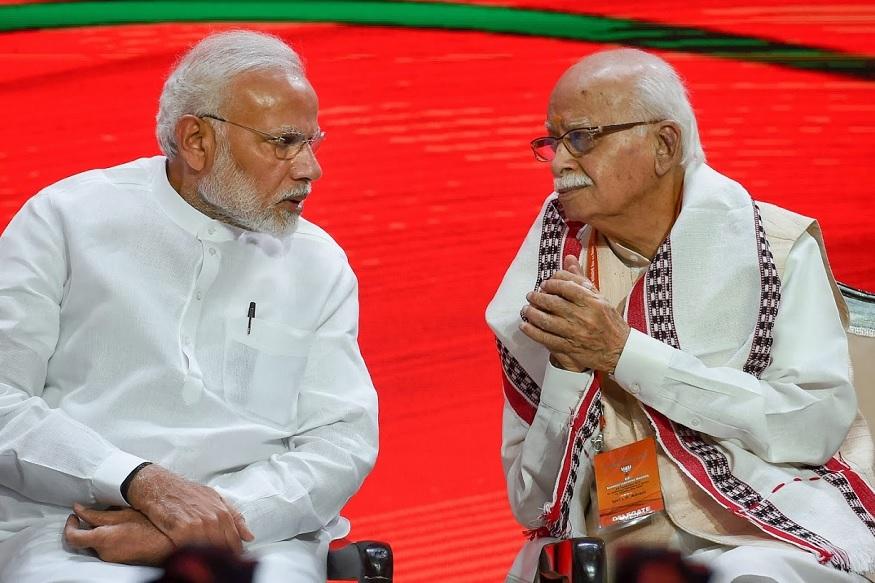पंतप्रधान नरेंद्र मोदींबरोबर ज्येष्ठ नेते लालकृष्ण अडवानी व्यासपीठावर अग्रस्थानी होते.