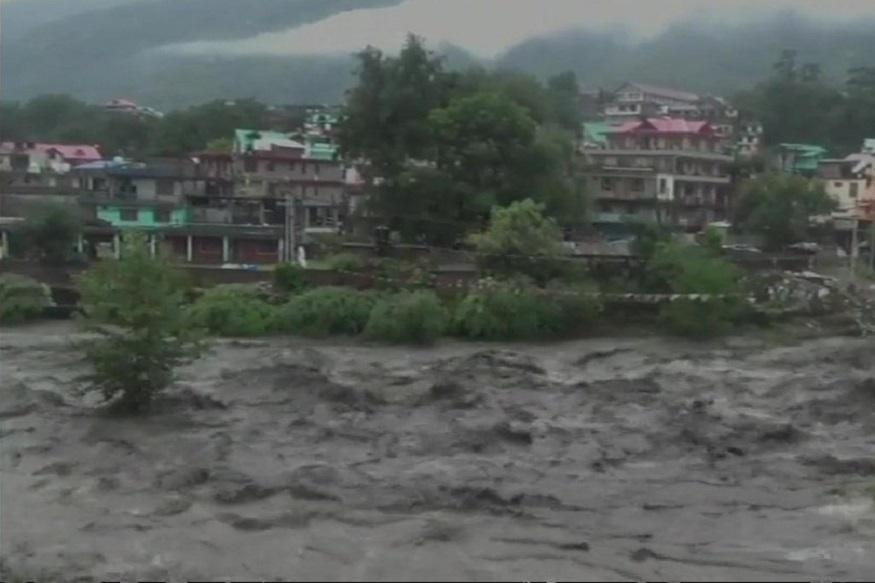 हिमाचलमध्ये पूर आणि बर्फवृष्टीमुळे जनजीवन विस्कळीत, 12 जिल्ह्यांमध्ये हाय अलर्ट