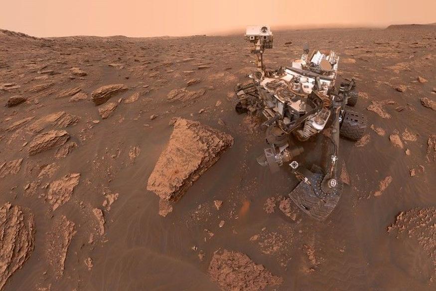 'क्यूरॉसिटी रोवर'ने मंगळाचे हे फोटो वीरा रुबिन रिज येथून प्रसिद्ध केले आहेत. रोवरने स्वत: मास्ट कॅमेरामधून हे फोटो घेतले आहेत, ज्यामध्ये धूळचा जाड थर दिसतो आहे.