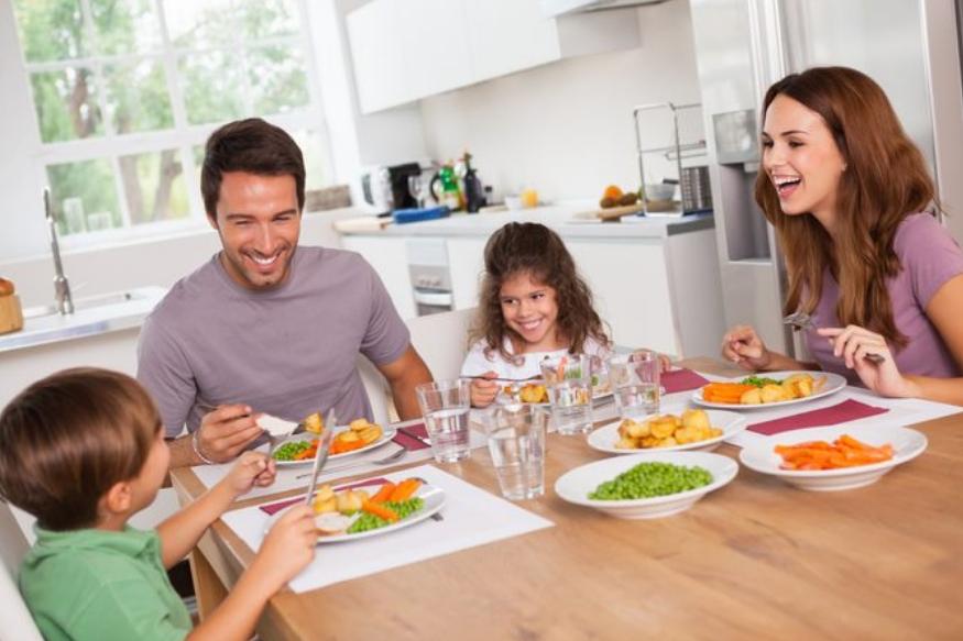 अनेकांना जेवताना पाणी पिण्याची सवय असते. काही लोक जेवढं जेवत नाहीत त्याहून जास्त पाणी पितात. त्यामुळे पूर्ण जेवण होण्याआधीच त्यांचे पोट भरते. जेवताना किंवा जेवून झाल्यावर लगेच पाणी पिणाऱ्यांना पोटाचे आजार होतात.