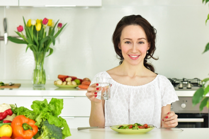 जेवण झाल्यानंतर लगेच पाणी प्यायल्याने जेवण पचत नाही. शरीरात न पचलेलं अन्न तसंच राहतं. न पचलेल्या अन्नापासून बनलेल्या ग्लुकोजमुळे शरीरात फॅट तयार होतात.