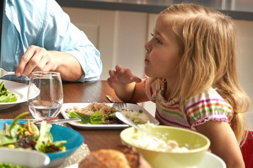 जेवण झाल्यानंतर अर्ध्या तासाने पाणी प्या. कारण जेवण पचायला सुमारे दोन तास लागतात. जेवण पचताना कठीण पदार्थांचं योग्य पद्धतीने पचन होणं आवश्यक आहे. पाणी प्यायल्याने ही पचनक्रिया बिघडते.