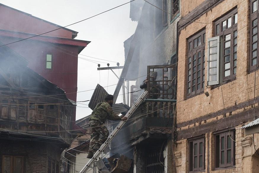 याच घरात दहशतवादी लपून बसल्याचा संशय होता. चकमकीदरम्यान भारतीय पोलिसांनी या घराला वेढा दिला आणि शेवटी अशी शिडी लावून घरात प्रवेश मिळवला.