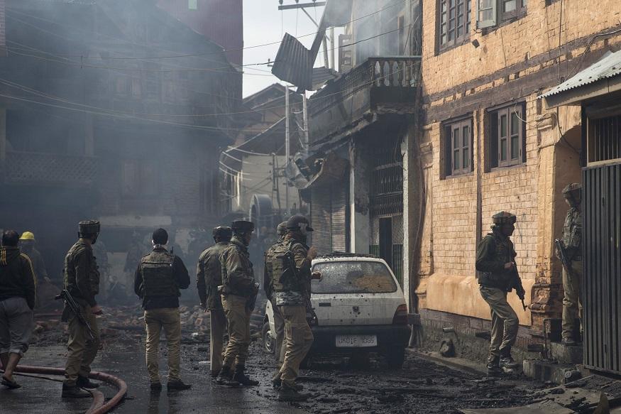 श्रीनगरमध्ये बुधवारी सकाळी संशयित दहशतवादी आणि पोलीस यांच्यात जोरदार धुमश्चक्री झाली. शहराच्या निवासी भागात ऐन सकाळी गोळीबार झाल्यानं दहशतीचं वातावरण होतं. तीन संशयित अतिरेकी आणि एक पोलीस यांचा यात मृत्यू झाला. ( AP फोटो, दार यासीन)
