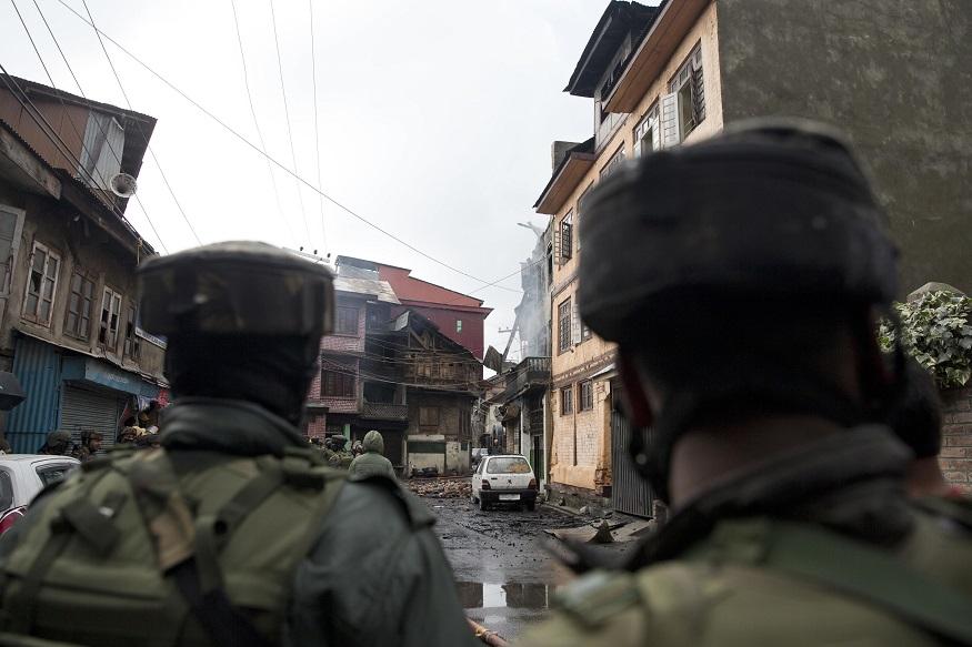 श्रीनगरच्या फतेह कडल या भागात संशयित दहशतवादी लपून बसल्याची माहिती सैन्याला मिळाली आणि त्यांनी त्या भागाला वेढा घातला. ज्या घरातून धूर बाहेर येतोय त्याच घरात हे अतिरेकी लपून बसल्याचा संशय होता.