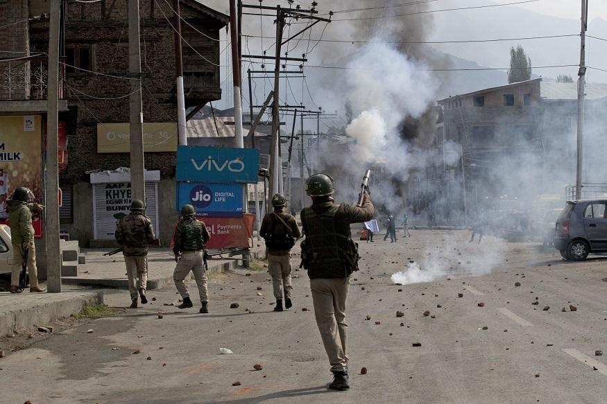 भारतीय लष्कर आणि संशयित अतिरेकी यांच्यात झालेल्या या चकमकीनंतर काश्मिरमध्ये पुन्हा एकदा भारतविरोधी निदर्शनं सुरू झाली आहेत. भारतविरोधी घोषणा देणाऱ्या जमावाला पांगवण्यासाठी पोलिसांनी हवेत गोळीबार केला.