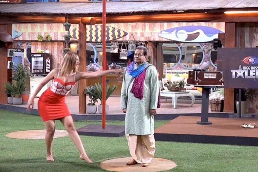 भारतीनं पहिल्यांदा नेहाला पोल डान्स करायला सांगितला. नंतर अनुप, जसलीनला पोल डान्ससाठी बोलावलं. तेव्हा भारतीची अट होती अनुप पोल बनतील आणि जसलीन डान्स करेल.