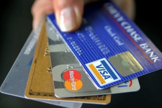 डेबिट कार्ड हरवल्यानंतर सर्वात प्रथम कस्टमर केअरला फोन करुन ते कार्ड ब्लॉक करण्याचा विचार मनात येतो. कारण जर वेळीच कार्ड ब्लॉक नाही केलं तर बँक अकाऊंटमधून पैसे काढले जाऊ शकतात. फक्त डेबिट कार्ड हरवल्यावरच नाही तर अनेकदा डेबिट किंवा क्रेडिट कार्ड खराब झाल्यावरही ते तात्काळ ब्लॉक केले जाते. आज आम्ही तुम्हाला कस्टमर केअरला फोन केल्याशिवाय कार्ड कसं ब्लॉक केलं जाऊ शकतं याबद्दल सांगणार आहोत.