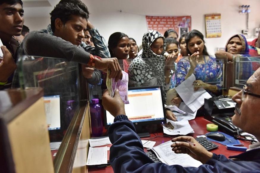 नोव्हेंबर महिन्यात जास्त सुट्ट्या असल्याने बँक कर्मचाऱ्यांना दिलासा मिळाला आहे. 21 नोव्हेंबर रोजी ईद असल्याने सुट्टी असेल. त्याच आठवड्यात 23 नोव्हेंबरला गुरूनानक जयंतीनिमित्त बँक बंद असतील. त्यापुढे सलग दोन दिवस अधिकृत सुट्टीनिमित्त महिन्याच्या चौथ्या आठवड्यात सलग तीन दिवस बँका बंद असतील.