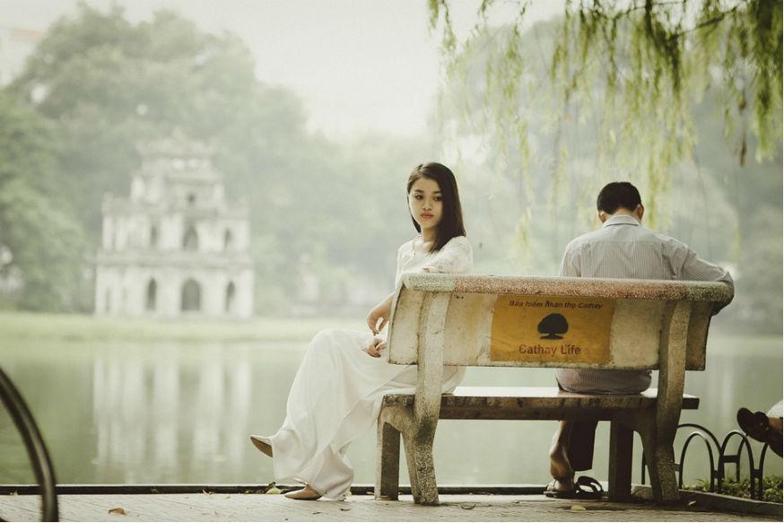 प्रेमाचं नातं हे विश्वासावर टिकून असतं. विश्वासघात हा प्रेमासाठी खूप घातक आहे. ब्रेकअप झाल्यानंतर त्या नात्यातून बाहेर पडणं कठीण जातं. परंतु याच ब्रेकअपमुळे माणूस अधिक खंबीर होतो. त्यामुळे आपल्या जीवनात थोडेफार फायदेसुद्धा होतात.