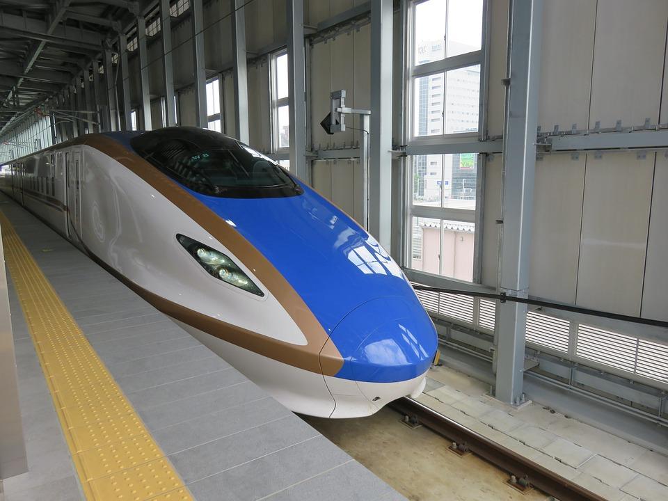 बिगर इंजिनच्या या ट्रेनला एकूण 16 डबे आहेत. या ट्रेनने प्रवास केल्यास शताब्दीच्या तुलनेत 15 टक्क्यांनी वेळ वाचेल. डब्यातील दरवाजे स्लाईडींग होणारे असतील आणि ट्रेन प्लॅटफॉर्मवर थांबताच बाहेरच्या दिशएने दरवाजे उघडतील.