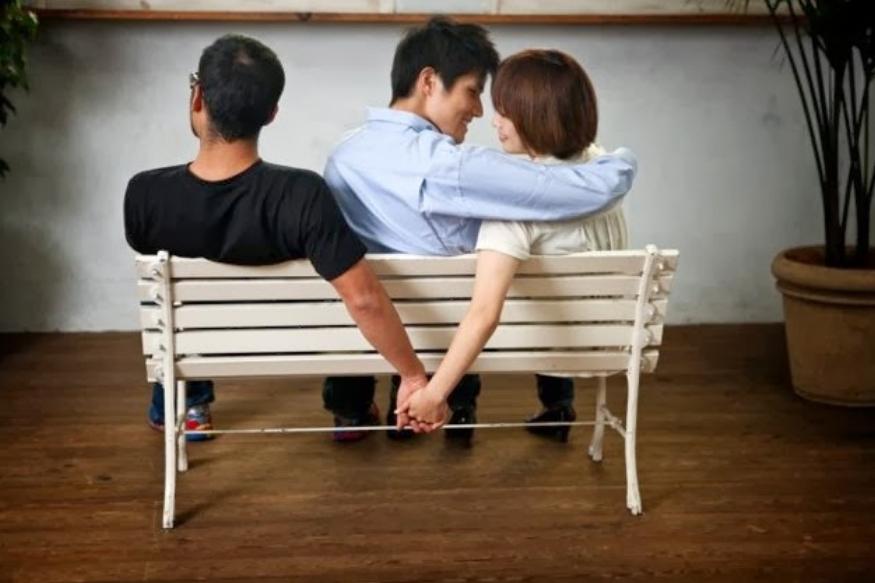 या रिसर्चमध्ये स्पष्ट झालं की, विवाहबाह्य संबंध ठेवण्यात जगभरात महिलांचं प्रमाण फार कमी आहे. पण ज्या विवाहबाह्य संबंधात असतात त्या या नात्यात पुरुषांपेक्षा जास्त आनंदी असतात.