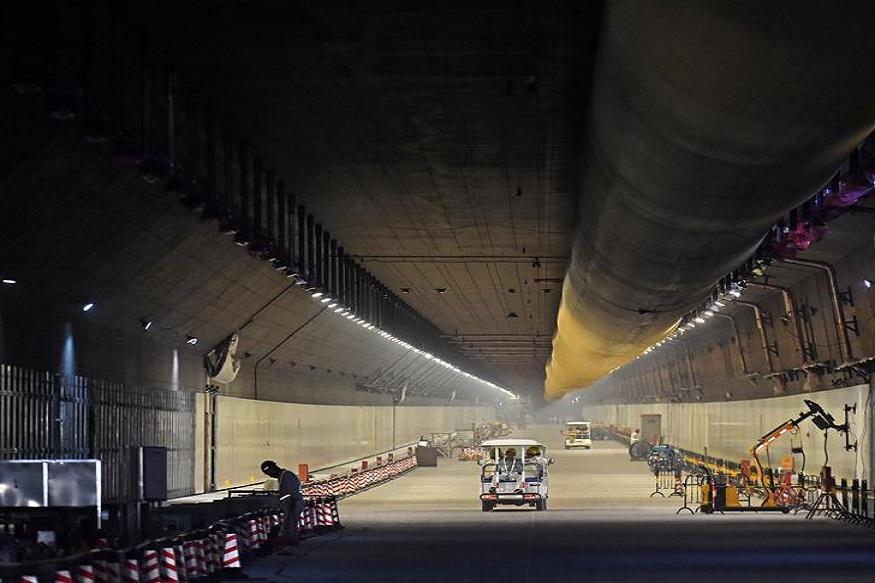पुलाची मजबुती 120 वर्षापर्यंत टिकून राहील असं चीन अधिकाऱ्यांचं म्हणणं आहे. या पुलावर एकूण सहा लेन आणि चार टनल आहेत. ज्यातील एक टनल पाण्याखाली बनवण्यात आलं आहे. संपूर्ण स्ट्रक्चरला सपोर्ट करण्यासाठी चीनने समुद्रात चार आर्टीफिशियल आयलँड बनवले आहेत.