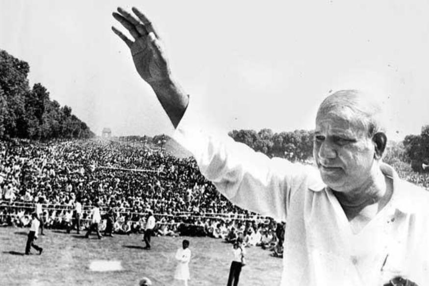 या सगळ्या घडामोडी सुरू होत्या तेव्हा 1980चं दशक संपत आलं होतं. आणीबाणी नुकतीच संपली होती. जनता पार्टीतल्या भांडणामुळं लोकांना पुन्हा एकदा काँग्रेस हाच पर्याय वाटत होता. 1980 च्या सार्वत्रिक निवडणुकीत काँग्रेसला विजयी करून लोकांनी ते दाखवूनही दिलं. पण आता लोक पर्यायांचा विचार करू लागले. दक्षिण भारतात अनेक प्रादेशिक पक्ष पुढं येत होते. त्यांचं अस्मितेचं राजकारण सुरू होतं. ही अस्मितेची लाट उत्तरेतही आली होती. संजय गांधींच्या मृत्यूने काँग्रेसला धक्का बसला होता. तरूण नेतृत्वाची पोकळी निर्माण झाली होती. अशा वातावरणात मायावती या कांशीराम यांच्यासाठी हुकूमाचा एक्का ठरल्या. जातीय आणि अस्मितांच्या राजकारणात काँग्रेसचं अपयश हे नव्या पक्षांसाठी संजीवनी ठरलं.