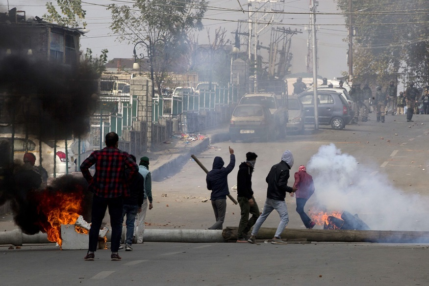 सकाळी झालेल्या चकमकीत ३ संशयित दहशतवादी ठार झाले. पण त्यानंतर काश्मीरमध्ये पुन्हा हिंसाचार उसळला आहे. भारतविरोधी घोषणा देत निदर्शक रस्त्यावर उतरले.