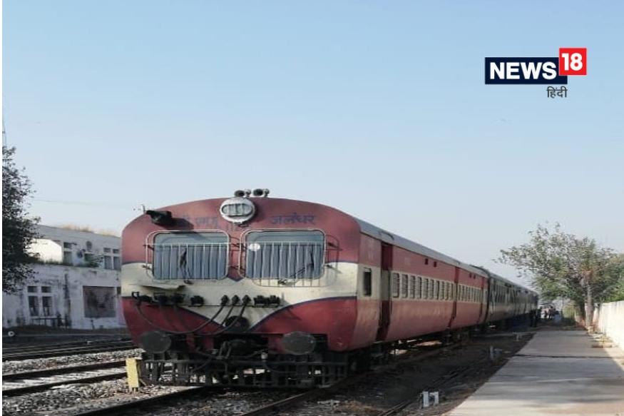 लोकांचा असलेला राग आणि भाषण घटनेची पार्श्वभूमी यामुळं या ट्रेनला दूरवर एकांतात ठेवण्यात आलंय. या ट्रेनचा एक भाग रक्तानं माखला आहे. रेल्वे इंजिन पासूनच्या काही बोगींवर रक्ताचे डाग लागले आहेत आणि खालच्या भागात मानवी अवयव अजुनही अडकले आहेत.