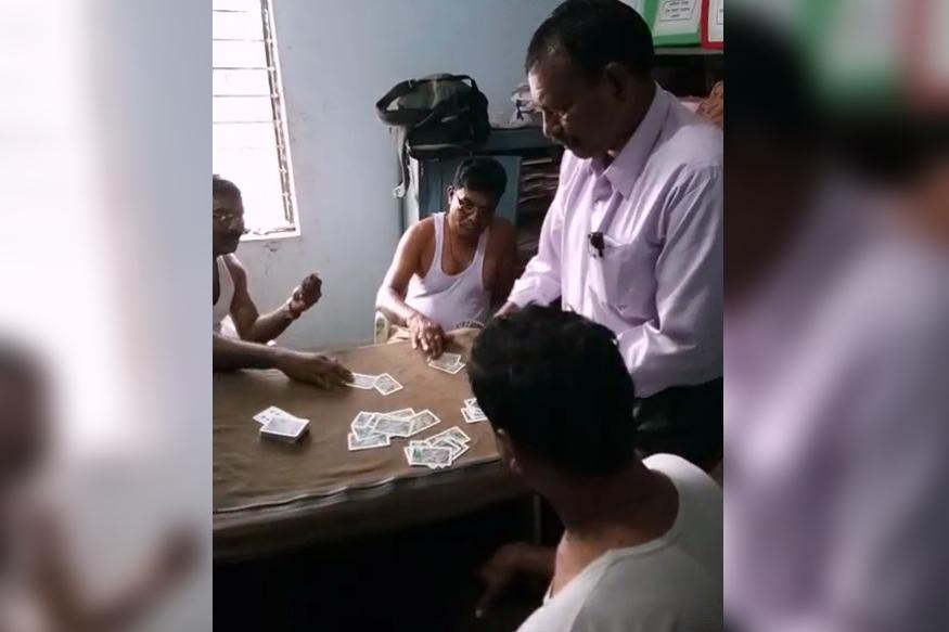 VIDEO : कार्यालयातच जुगारी पोलिसांनी मांडला पत्त्यांचा डाव