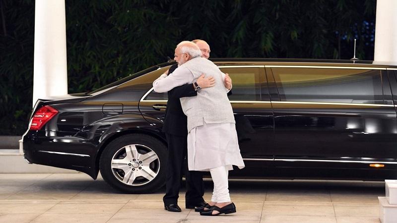 पुतीन यांचं भारतात आगमन, मोदींनी गळाभेट घेऊन केलं स्वागत