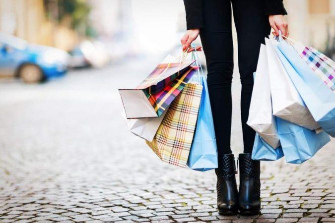 कुणी कौतुक केल्यामुळे अधिकची खरेदी करणं- या फसवणुकीत सर्वात जास्त महिलाच असतात. सेल्समन अनेकदा 'तुमच्यावर हे जास्त खुलून दिसतं', असं सहज बोलतात. त्यांच्या या बोलण्यावर भुलून अनेक स्त्रिया आवश्यक नसलेल्या गोष्टीही खरेदी करतात.