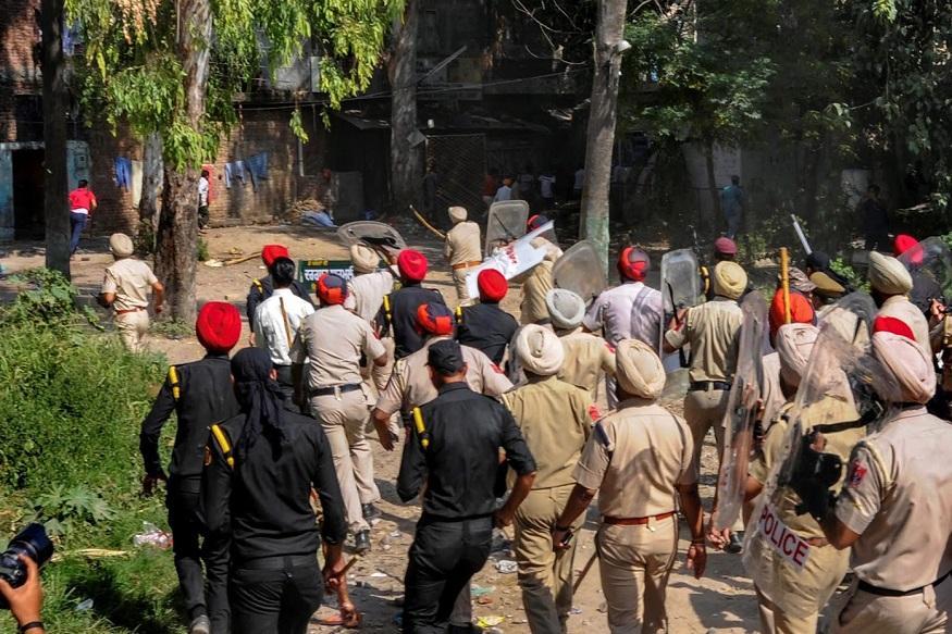 पोलिसांनी निदर्शकांना मार्ग मोकळा करण्याचं आवाहन केलं, मात्र ते हटायला तयार नव्हते. शेवटी पोलिसांना बळाचा वापर करावा लागला.