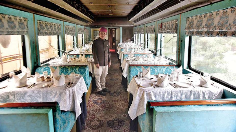 हे पॅलेस ऑफ व्हील्समधील खाण्याचा भाग आहे. ट्रेनमध्ये वेगवेगळ्या पद्धतीचं जेवणं मिळतं. यात कॉन्टिनेंटलपासून, चायनीज आणि भारतीय जेवणंही उपलब्ध आहे. सर्वसाधारणपणे या ट्रेनमधून प्रवास करणारे प्रवासी इथल्या खाण्याचं भरभरून कौतुक करतात. इथलं इंटेरिअरही मनमोहक आहे. या ट्रेनमध्ये 'महारानी' आणि 'महाराजा' असे दोन रेस्टॉरंटही आहेत. या रेस्टॉरंटला किचन कारही म्हटलं जातं.