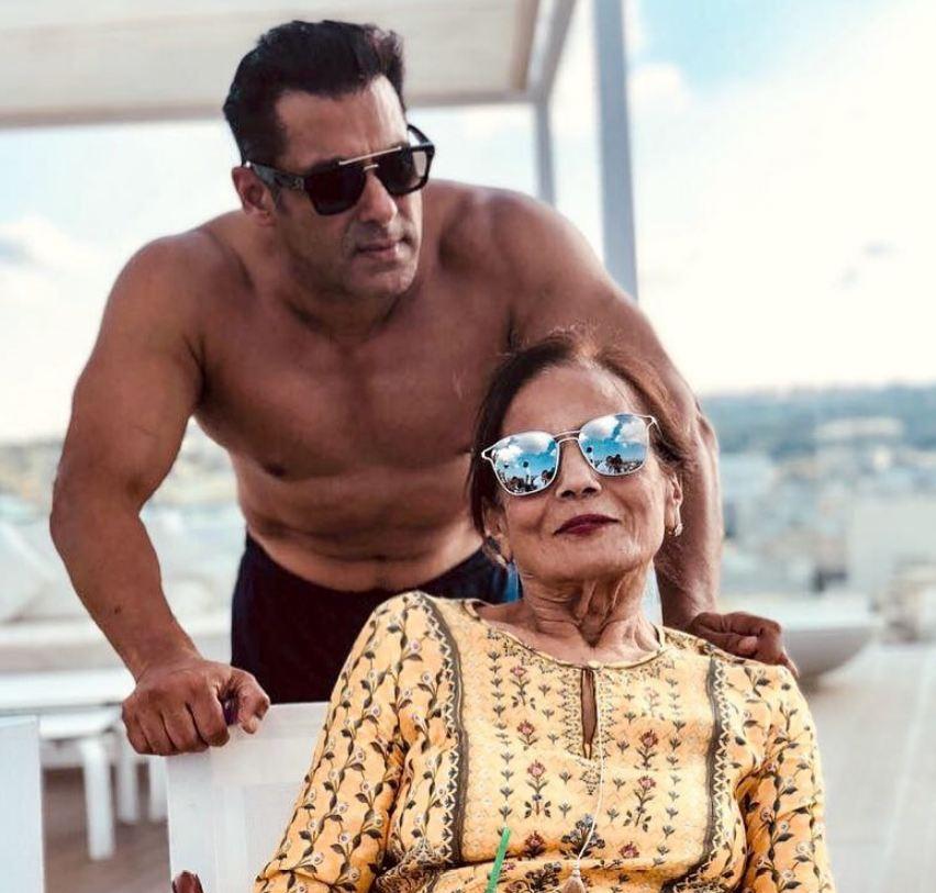 52 वर्षाचा सलमान खान बॉक्स ऑफिसचा 'टाईगर' म्हणून ओळखला जातो. सलमान खानचे चित्रपट येताच हिट होणं हे समीकरण बनलं आहे. अभिनेता सलमान खान प्रसिद्धी आणि कमाईत खूप पुढे आहे. फोर्ब्सच्या यादीनुसार भाईजान 38.5 मिलियन डॉलरच्या कमाई तो करतो.