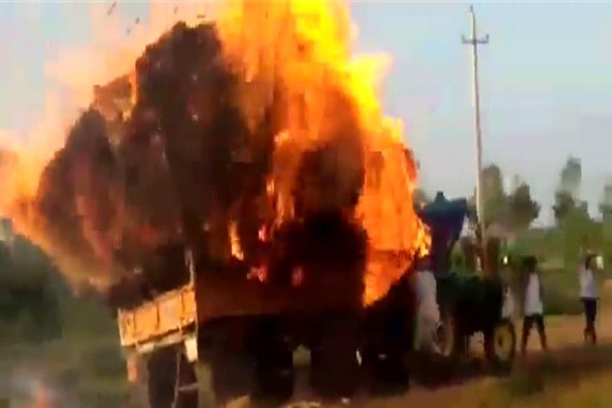 VIDEO : बर्निंग ट्रॅक्टरचा थरार; गावाला वाचवणाऱ्या शेतकऱ्याचं धाडस