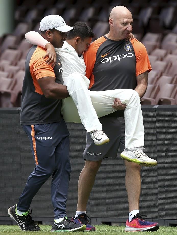 ऑस्ट्रेलियाविरुद्ध सुरू  होणाऱ्या कसोटी मालिकेआधी भारताला मोठा धक्का बसला आहे. कारण भारताचा  स्टार युवा फलंदाज पृथ्वी शॉ याला गंभीर दुखापत झाली आहे.