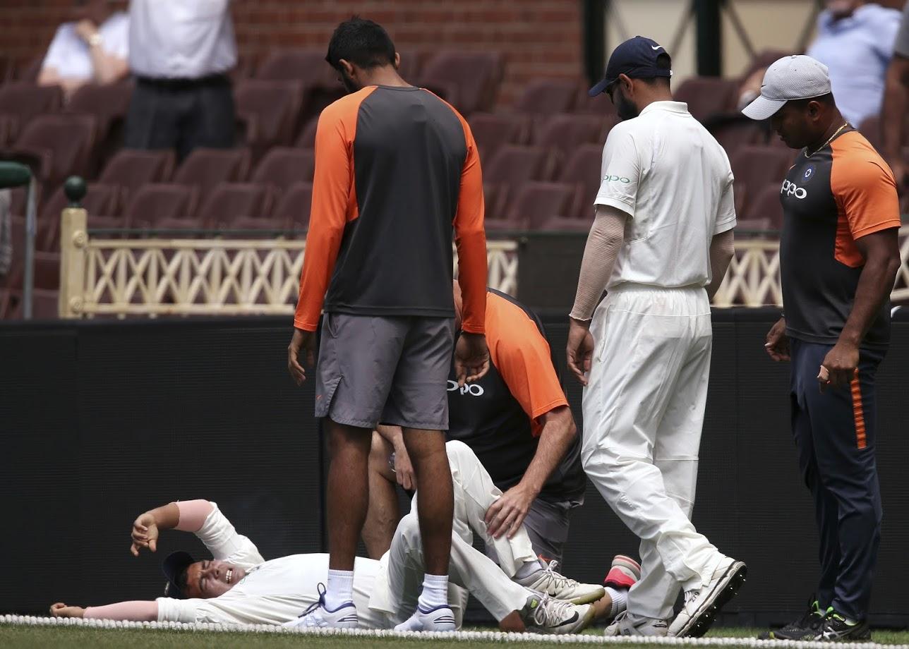 ऑस्ट्रेलियाविरुद्ध कसोटी मालिका सुरू होण्यापूर्वी खेळवण्यात येत असलेल्या सराव सामन्यामध्ये पृथ्वीला दुखापत झाली.