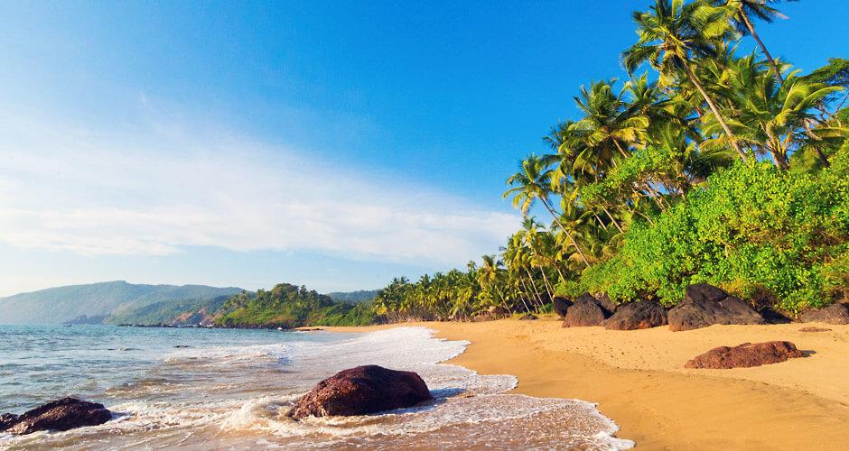 गोवा- हे राज्य म्हणजे समुद्र, नाइट क्लब आणि कॅसिनोसाठी प्रसिद्ध आहे. गोव्याचा अधिकतर महसुल हा पर्यटनातून येतो. इथे मोठ्या प्रमाणात तरुण वर्ग आणि परदेशी पर्यटक मौज मजेसाठी येतात. पावसात गोव्यात राहण्याची मज्जा काही औरच आहे.
