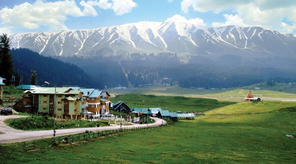 इथला पावसाळा नकोसा झाला असेल तर काश्मीरमधील गुलमर्ग येथे थंडीचा आनंद लुटू शकता.