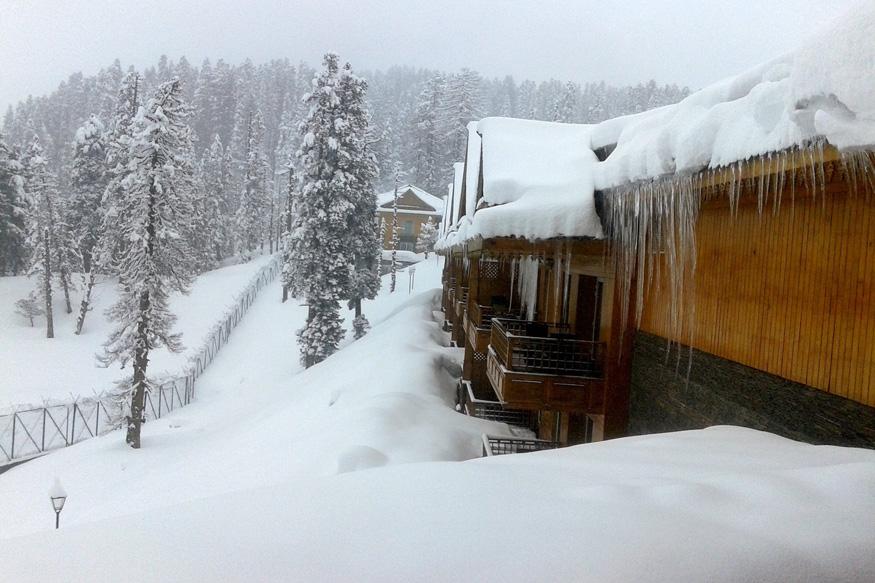 जम्मू- काश्मीरमध्ये साधारण नोव्हेंबरनंतर बर्फ पडायला सुरुवात होते. काश्मीरमध्ये नोव्हेंबर महिना हा आल्हाददायक असतो.