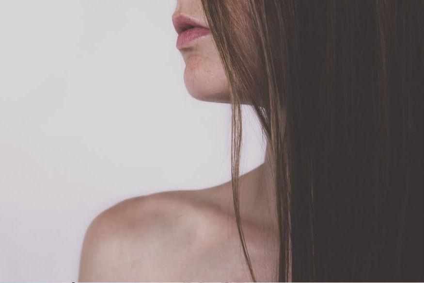 केसांत डँड्रफ अनेक कारणांमुळे होऊ शकतो. वातावरणात झालेला बदल, चुकीचा शॅम्पू किंवा कंडिशनर वापरणं. तसेच चुकीचं खाणं- पिणं यांमुळे डँड्रफ होऊ शकतो.