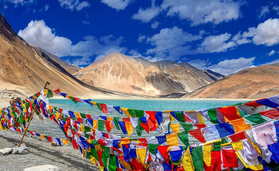 लेह, जम्मू- काश्मीर- तुम्हाला बायकिंगची आवड असेल तर यापेक्षा सुंदर जागा असूच शकत नाही. ही रोड ट्रीप तुमच्या आयुष्यातील सर्वात अविस्मरणीय रोड ट्रीप ठरू शकते.