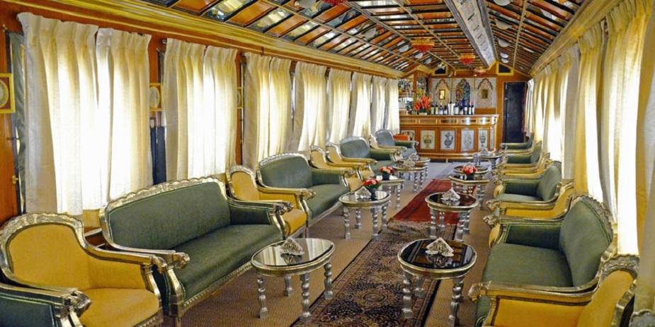 २१ नोव्हेंबरला जेव्हा पॅलेस ऑफ व्हील्स ट्रेन चालली तेव्हा ही तिची १२ वी यात्रा होती. ही ट्रेन दिल्लीच्या सफदरजंग रेल्वे स्थानकापासून जयपुर आणि राजस्थानच्या अन्य रेल्वे स्थानकांपर्यंत जाते. या ट्रेनमध्ये प्रवास करणं कोणालाही स्वप्नव्रत असेल. यावेळी या ट्रेनमध्ये ४५ प्रवासी होते.