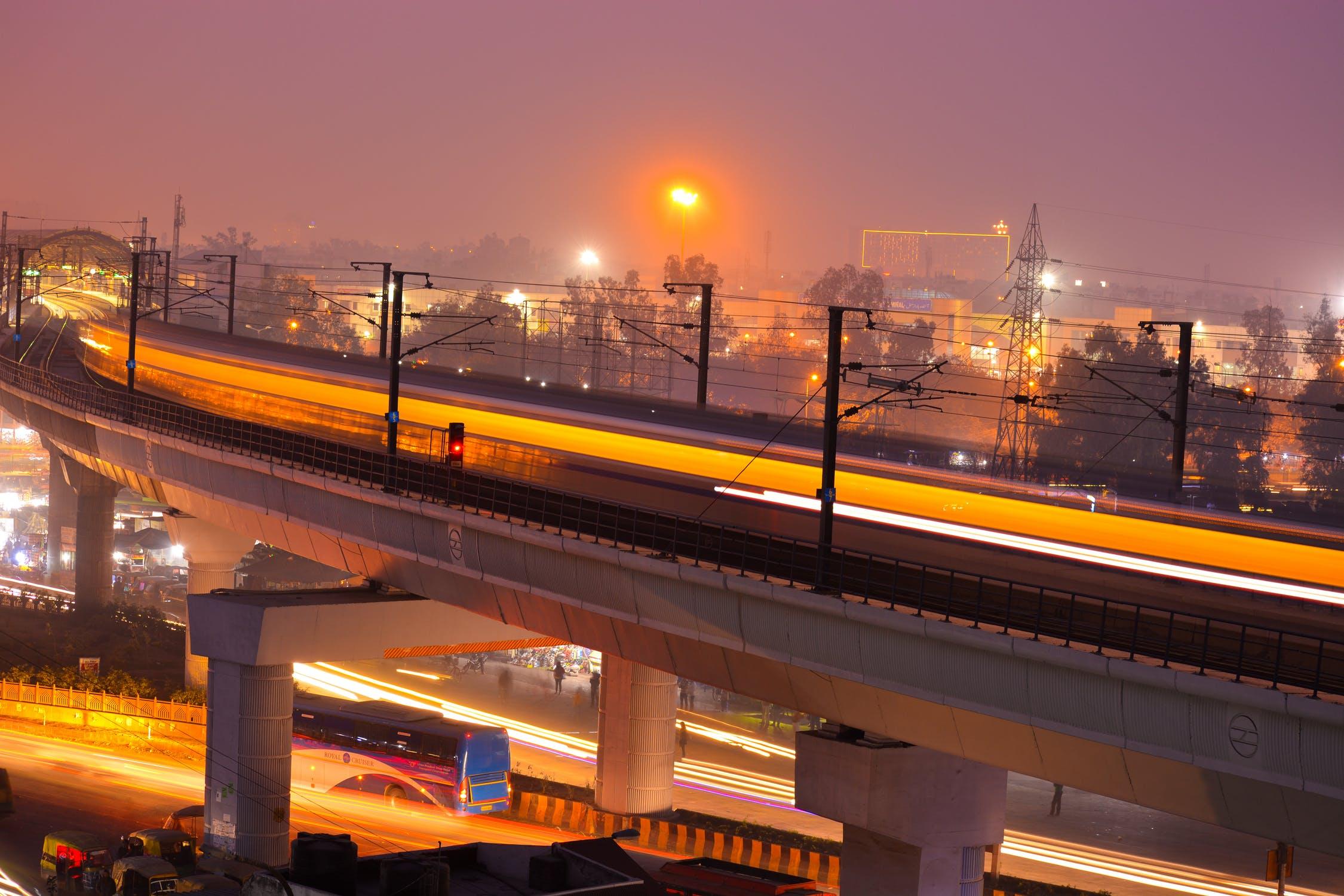 भारताची राजधानी दिल्ली हे पर्यटकांचं केंद्र बिंदू आहे. थंडीच्या दिवसांत जगभरातले पर्यटक खास थंडीत दिल्लीत येतात. इथे लोक संस्कृती, कला आणि नैसर्गिक सौंदर्य पाहायला येतात. भव्य आणि अतिशय सुंदर उद्यानं आणि ऐतिहासिक वास्तूंसाठी दिल्ली ओळखली जाते.
