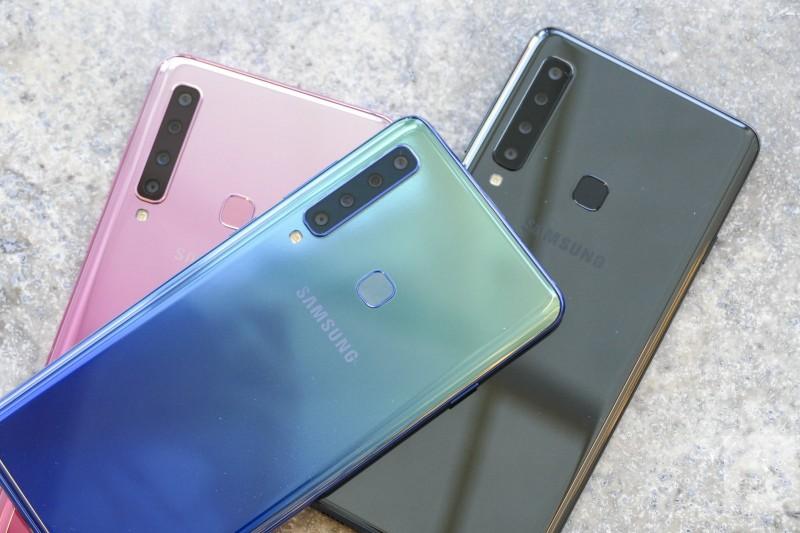 सॅमसंग कंपनी जगातील पहिला रिअर क्वॉड कॅमेरा स्मार्टफोन लाँच करणार आहे. 20 नोव्हेंबरला हा स्मार्टफोन लाँच झाला असून Samsung Galaxy A-9 असं या फोनचं नाव आहे. फोनची खासियत म्हणजे यामध्ये 5 कॅमेरे असणार आहेत. याआधी सॅमसंगने 3 कॅमेरा असलेला Samsung Galaxy A-7 हा सर्वात महाग फोन मार्केटमध्ये आणला होता. आता काळ्या, निळ्या आणि गुलाबी अशा तीन रंगामध्ये Galaxy A-9 असेल अशी शक्यता आहे. 5 कॅमेरे असलेल्या या स्मार्टफोनची किंमत 36,990 रूपये आहे.