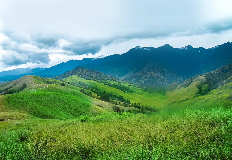 तवांग, मेघालय- इथला पाऊस आणि त्या नंतरचा निसर्ग पाहण्यासाठी अनेक पर्यटक तवांगला आवर्जुन भेट देतात. इथल्या पावसापेक्षा सुंदर पाऊस देशभरात कुठेच पडत नाही असं म्हणतात. पर्वतांवरून पॅराग्लायडिंग करायचे असेल तर एकदा मेघालयात नक्कीच जा.