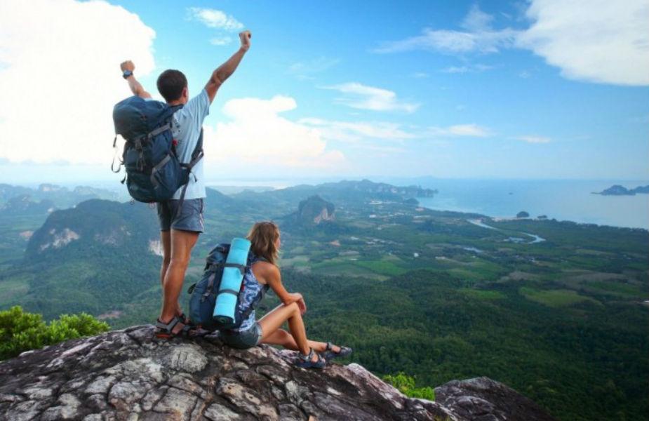 विदुर नीतिनुसार, जी व्यक्ती सतत बाहेर फिरण्यापेक्षा घरच्यांना जास्तीत जास्त वेळ देणं योग्य समजतो तोच आयुष्यात खरा आनंद उपभोगतो.