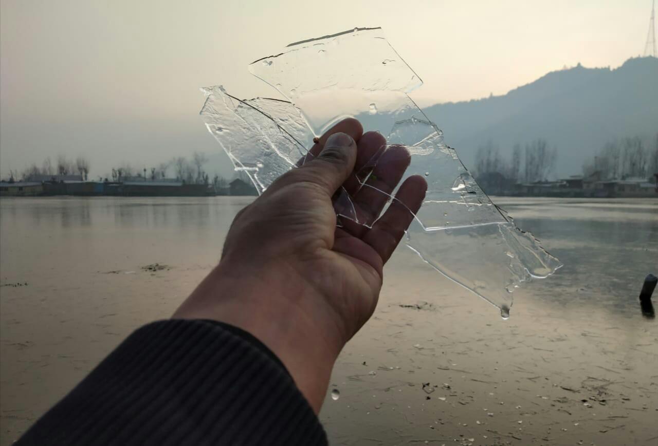 श्रीनगरमध्ये कालपर्यंत तापमानाचे प्रमाण -5 डिग्री ते -8 डिग्री सेल्सियस इतके होते.