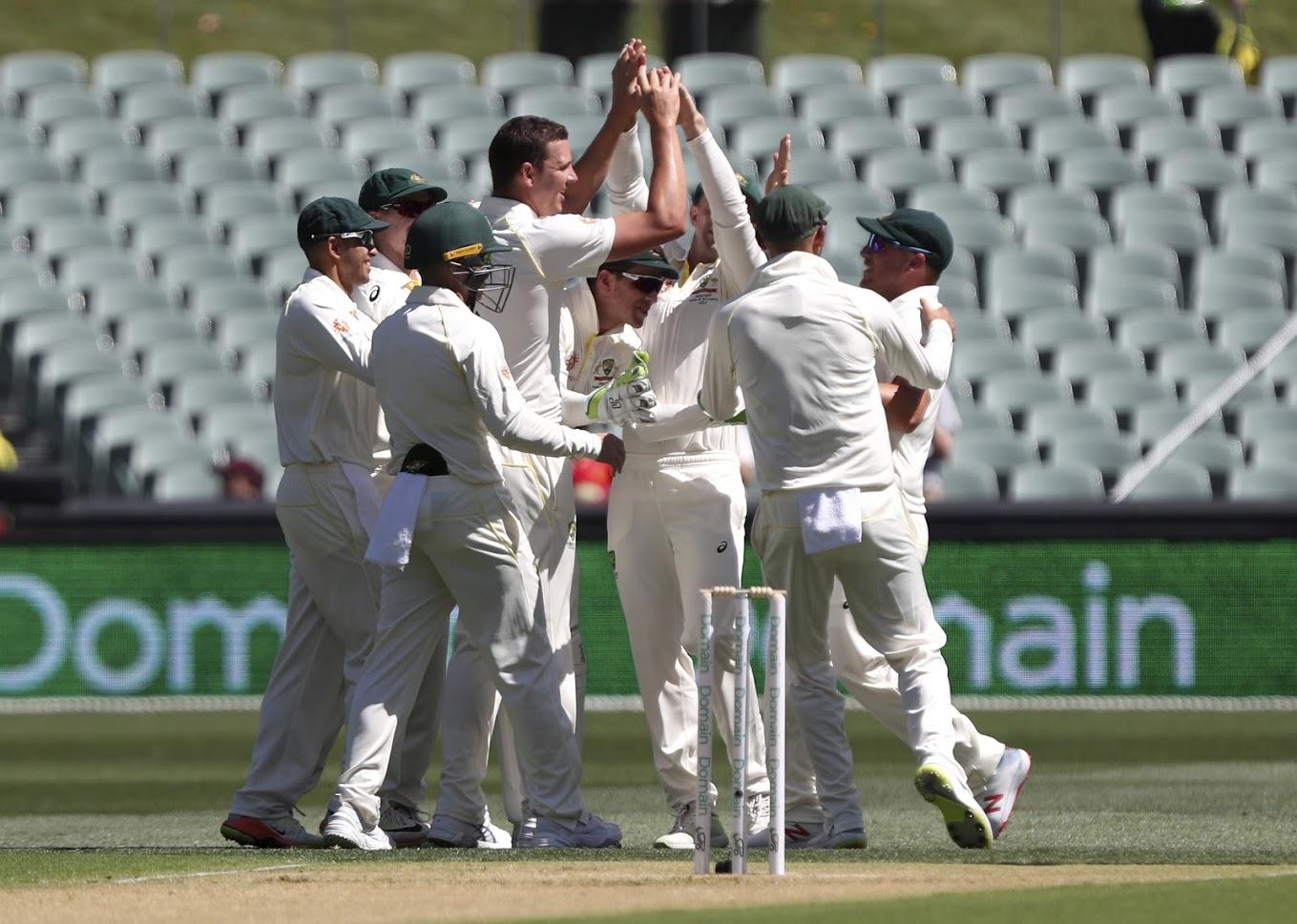 भारताने ऑस्ट्रेलियाविरुद्ध नाणेफक जिंक प्रथम गोलंदाजीचा निर्णय घेतला.